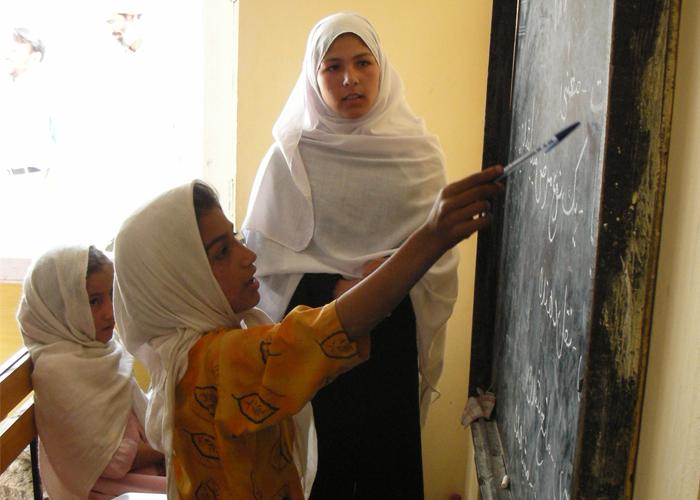 アフガニスタン・バーミヤンの寺子屋で学ぶ女子