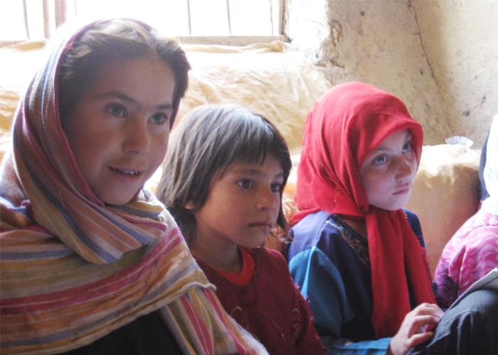 アフガニスタンイスタリフ村民家寺子屋で学ぶ子どもたち