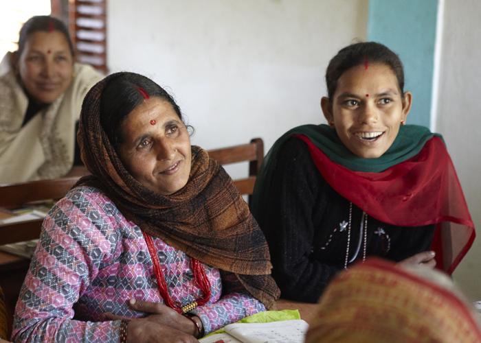 ネパール・ルンビニの寺子屋で初等教育を受ける成人女性