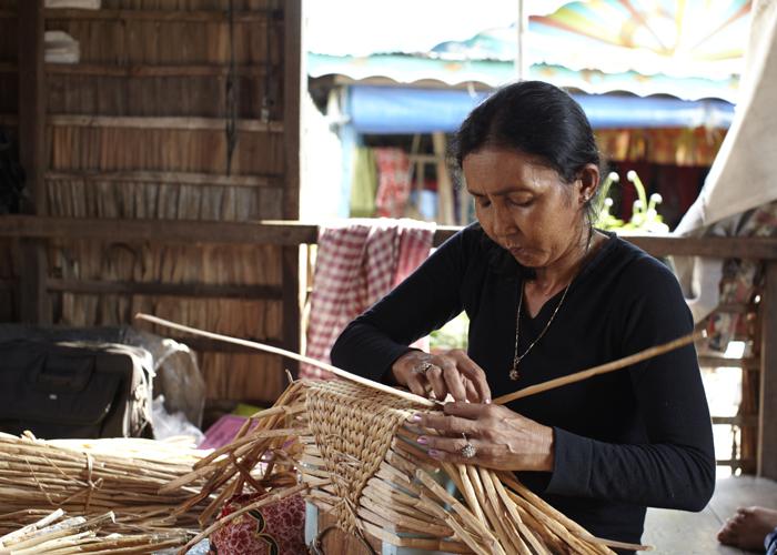 カンボジア_バッグを編む女性