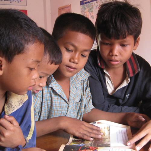 タヤック村寺子屋の図書室で本を読む子どもたち