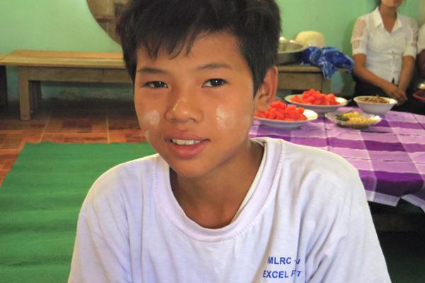 ミャンマーの寺子屋で学ぶこどもたち