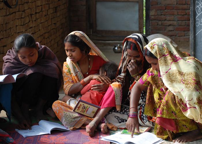 ネパールの寺子屋で学ぶ女性たち