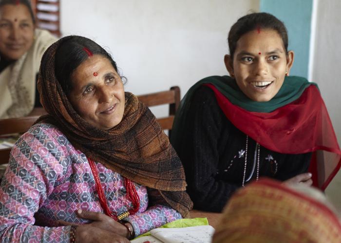 ネパール・ルンビニの寺子屋で初等教育を受ける女性たち